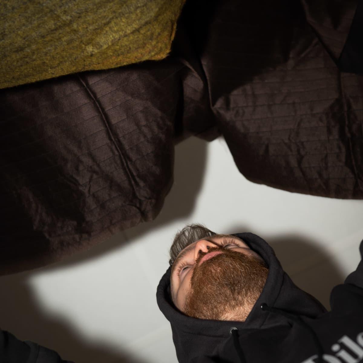 Suunnittelija Rolf Ekroth ravistelee Japanissa tehtyä erikoiskangasta.