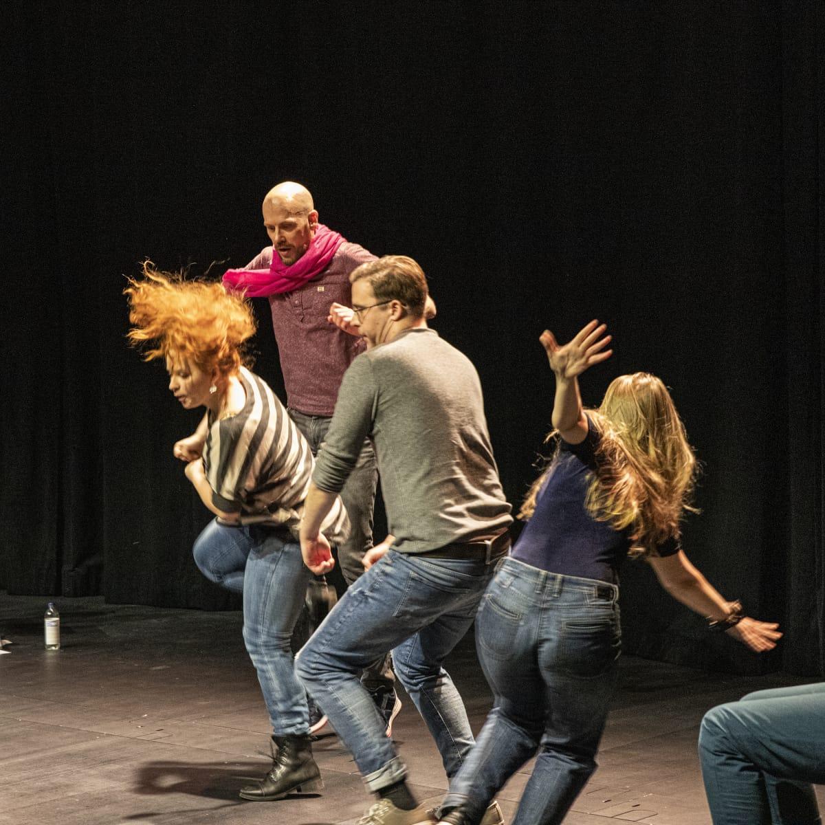 näyttelijät esiintyvät lavalla