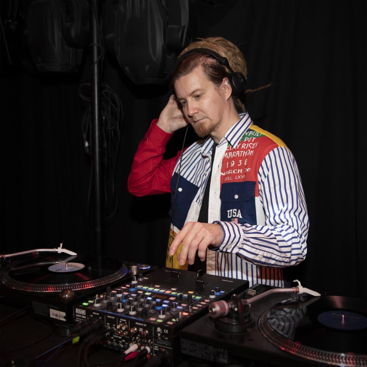 DJ Mikko Haapalainen soittaa musiikkia LP-levyiltä.