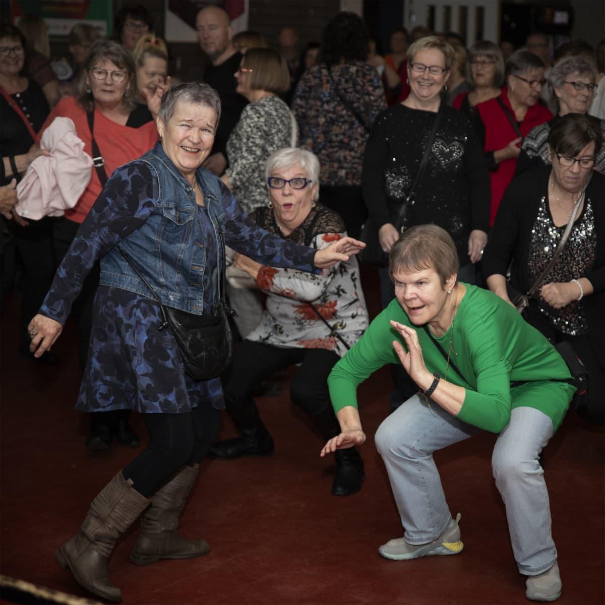 Naiset tanssivat diskossa.