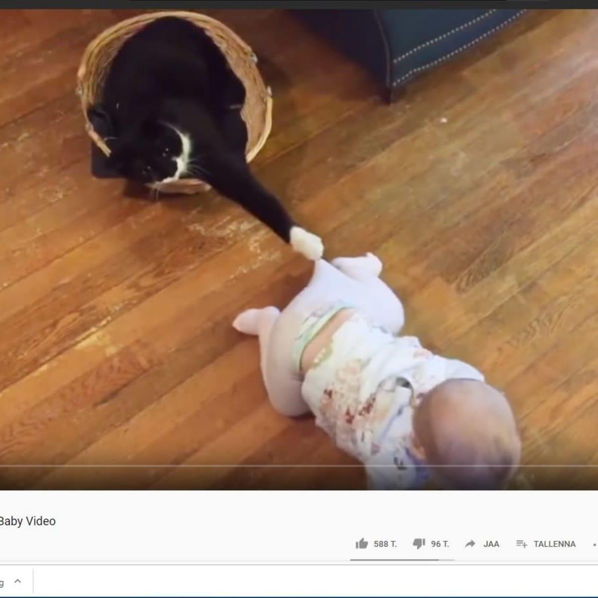 Kuvakaappaus Youtube-videosta: vauva roikkuu kiinni vauvan housuissa.