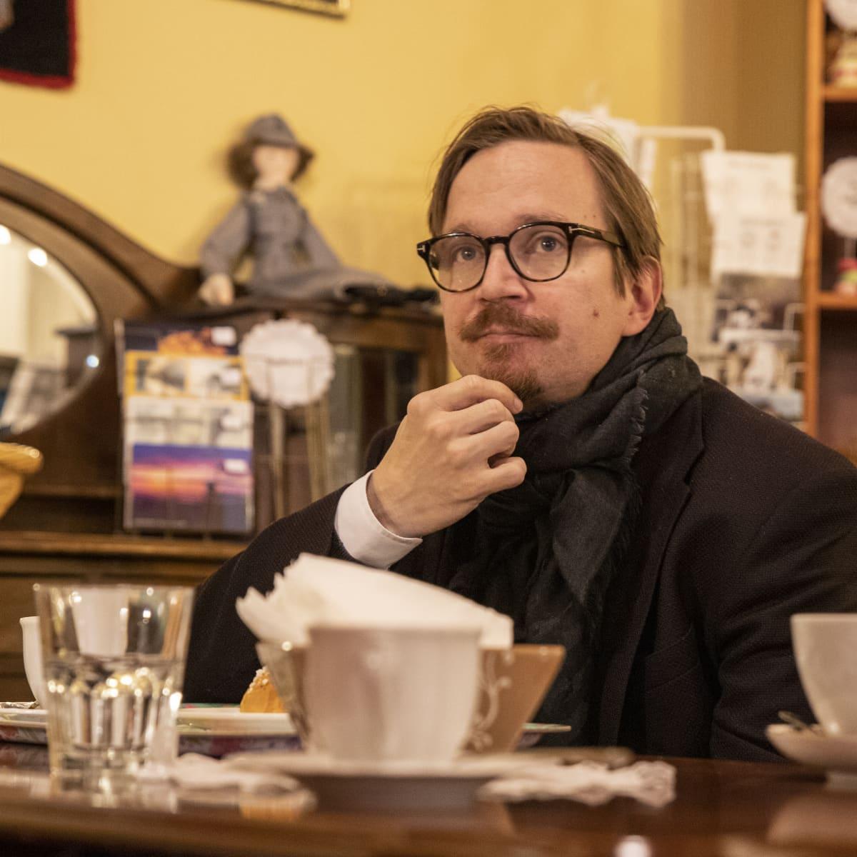 Sorjosen showrunner Miikko Oinonen istumassa lappeenrantalaisessa kahvilassa.