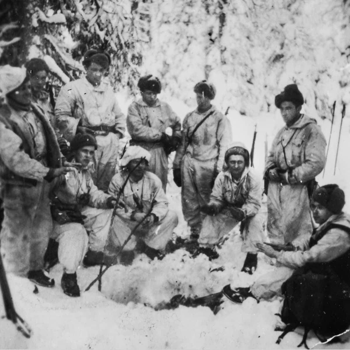 Suomalaisia sotilaita lumihangessa.