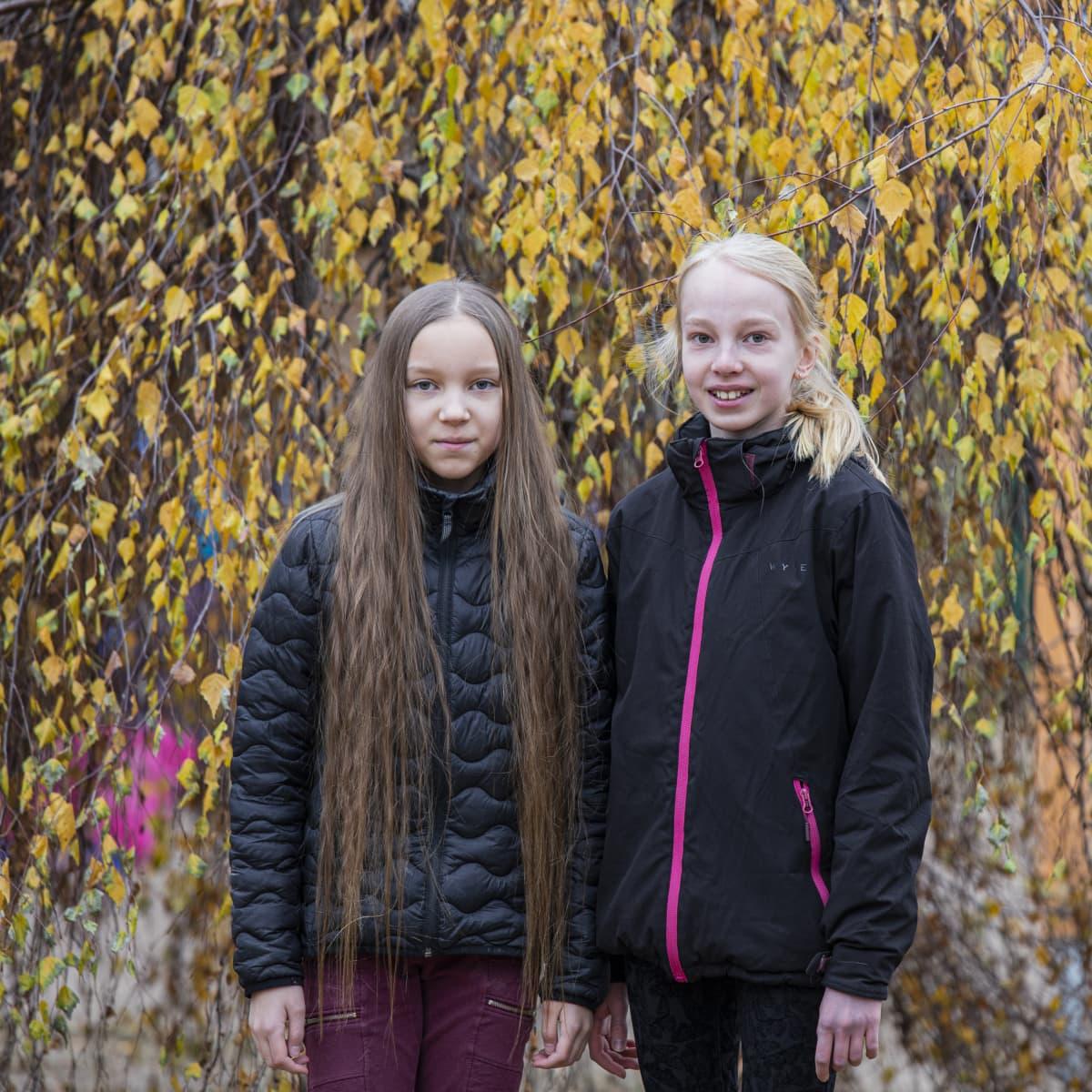 Taika Kaijansinkko ja Sanni Niinimäki Vehkataipaileen koulun pihalla.