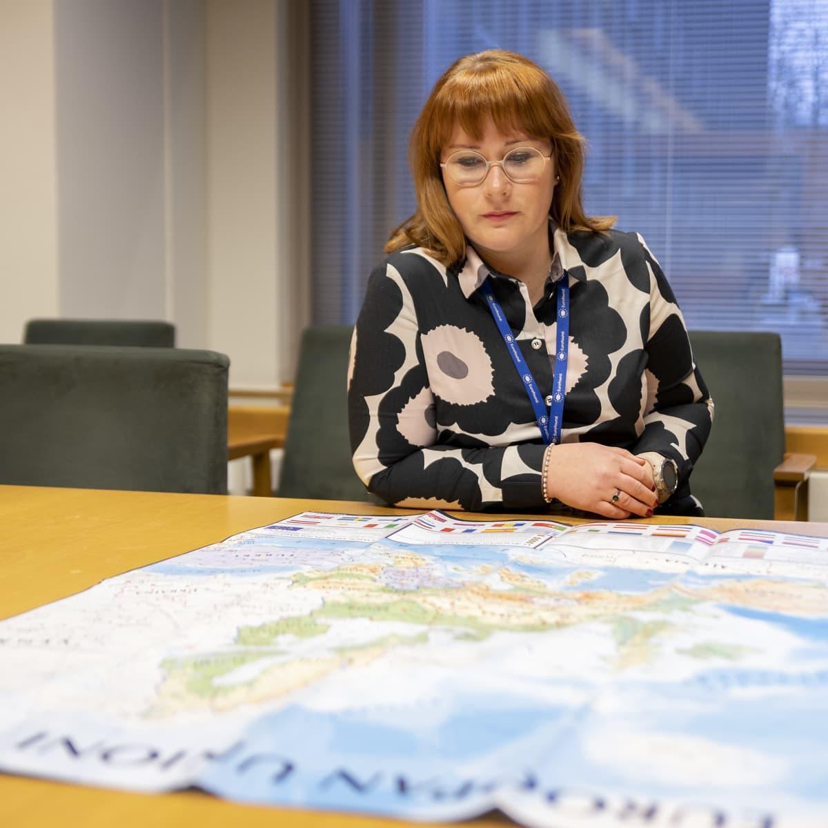 Anu Ikonen katsoo suurta Euroopan karttaa.