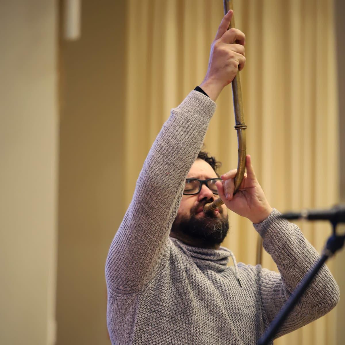 Abraham Cupeiro soittaa karnyx-torvea