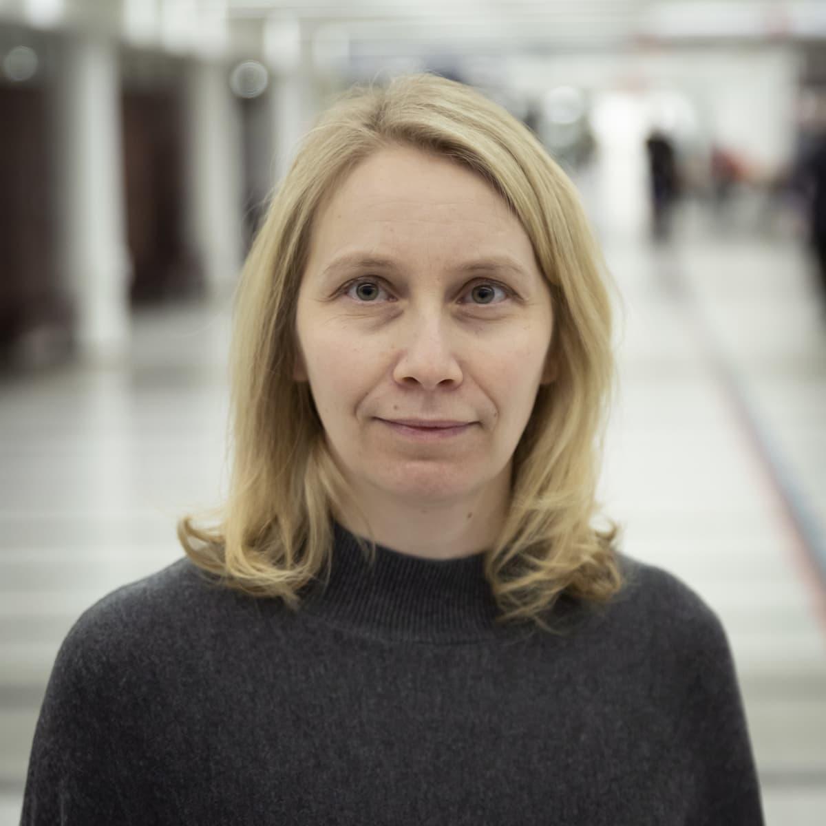 Piia Kurikkala Keski-Pohjanmaan keskussairaalan pääkäytävällä.