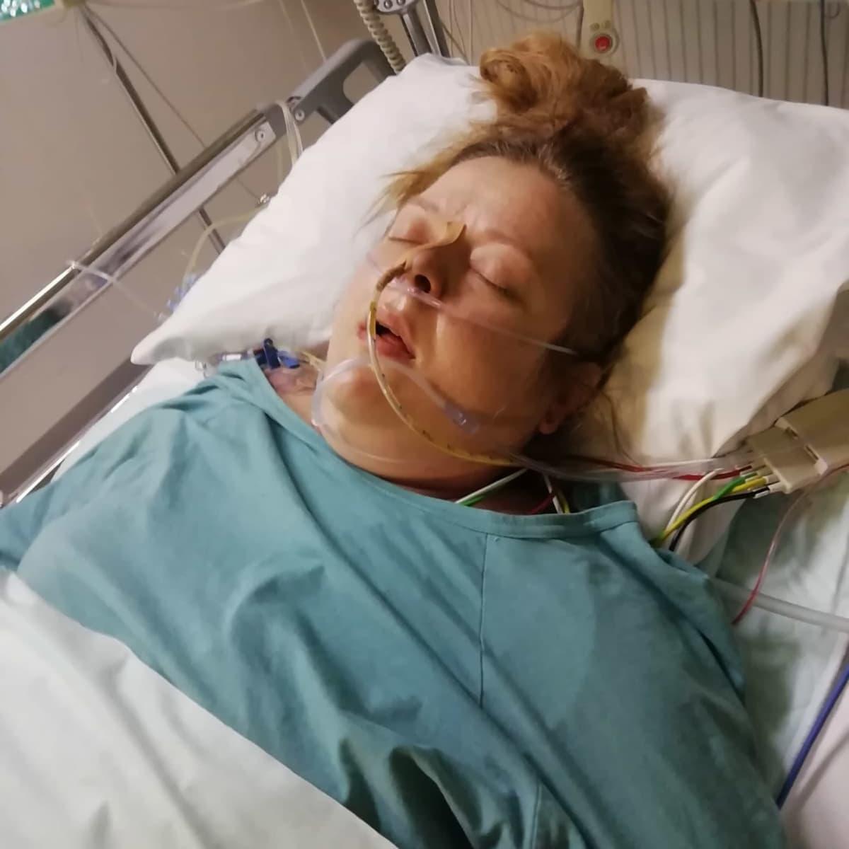 Tea Salo hengityskoneessa sairaalassa.
