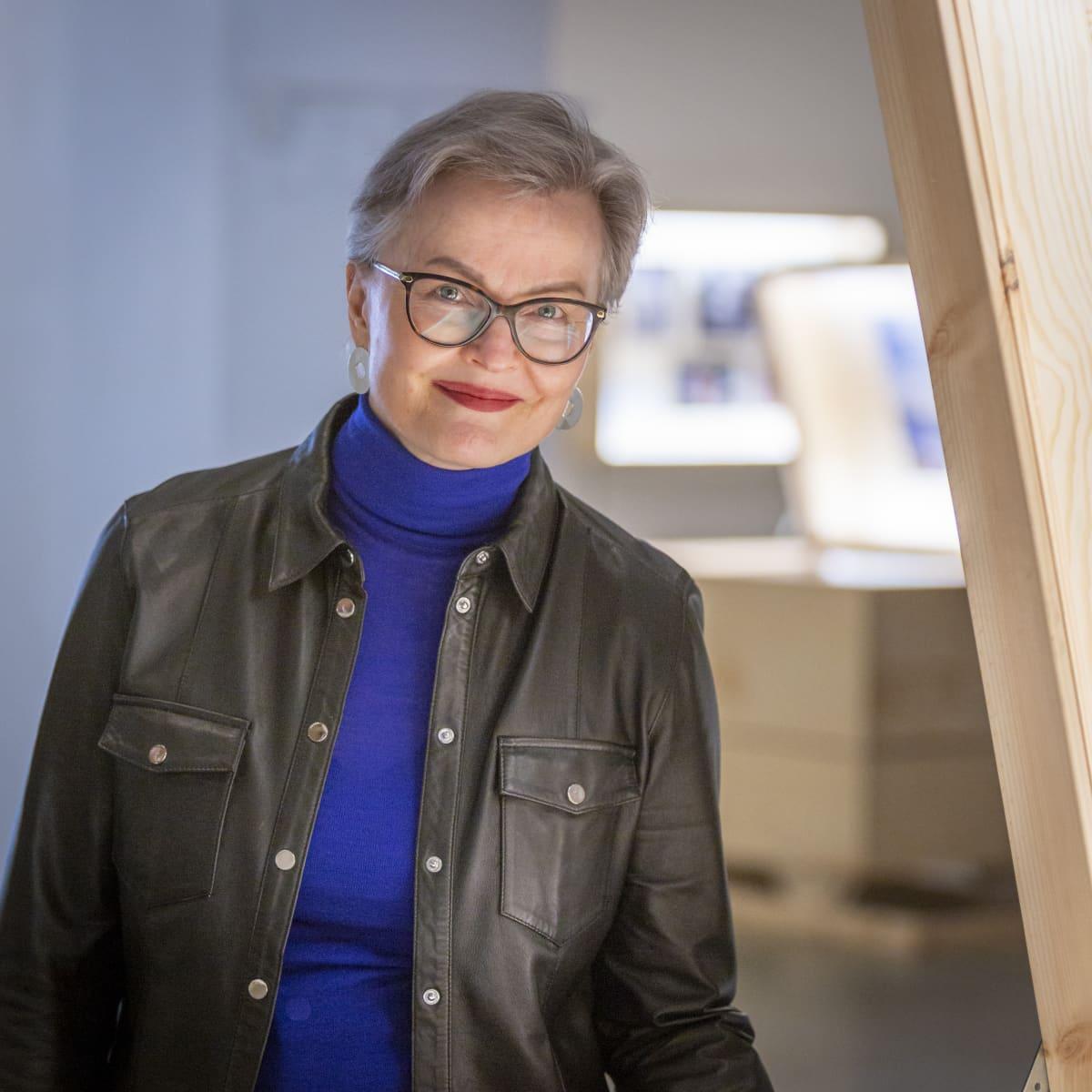 Designmuseon asiakaspalvelupäällikkö Kirsi Arppo.