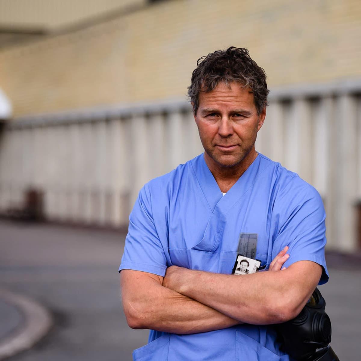 Jällivaaran sairaalan ylilääkäri Ola Wulf sairaalan edustalla.