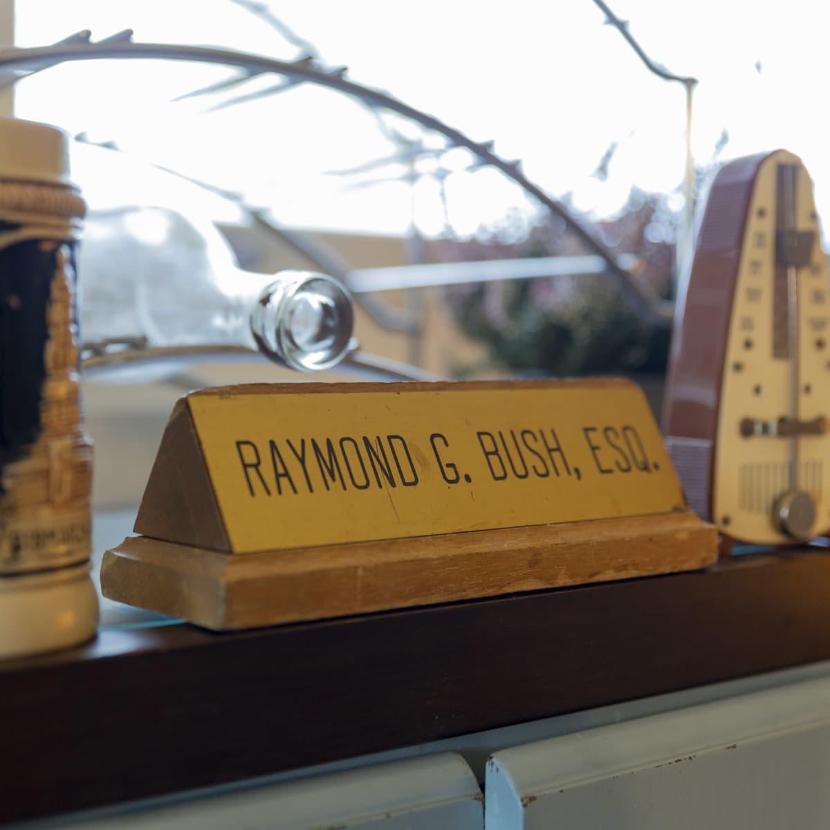 Raymond G. Bush, ESQ. -nimikyltti lakimiesajoilta.