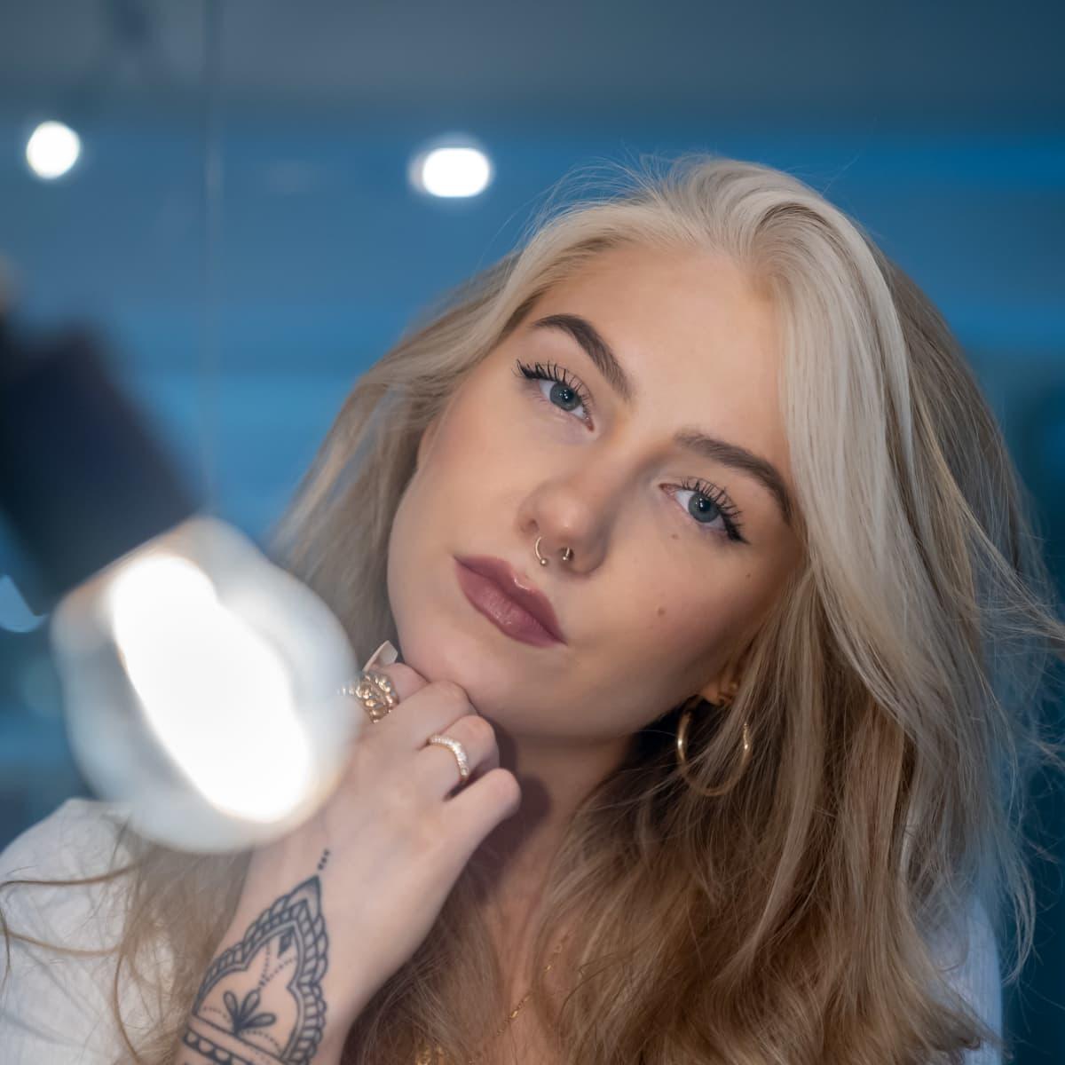 Suomalainen laulaja ja lauluntekijä Evelina, Universal Music, Helsinki, 28.9.2020.