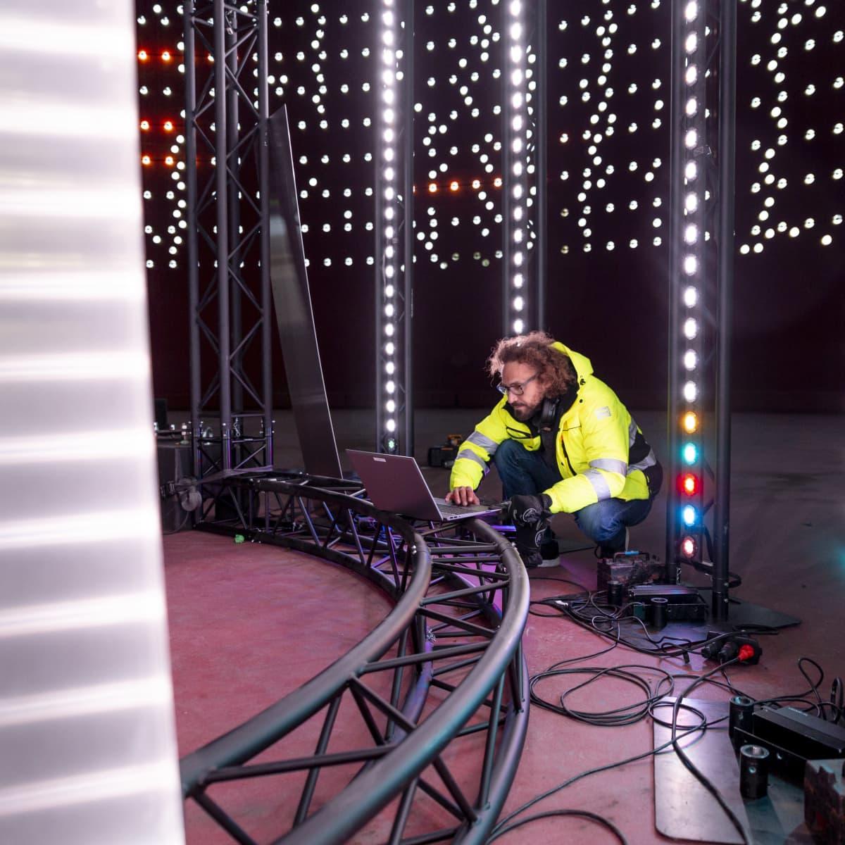 Lighting Design Collectiven Jari Vuorinen viimeistelee valotaideteosta tietokoneella.