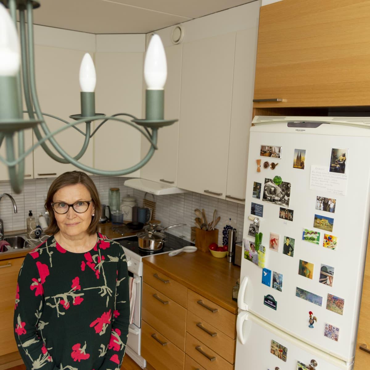 Sinikka Herajärvi keittiössä.