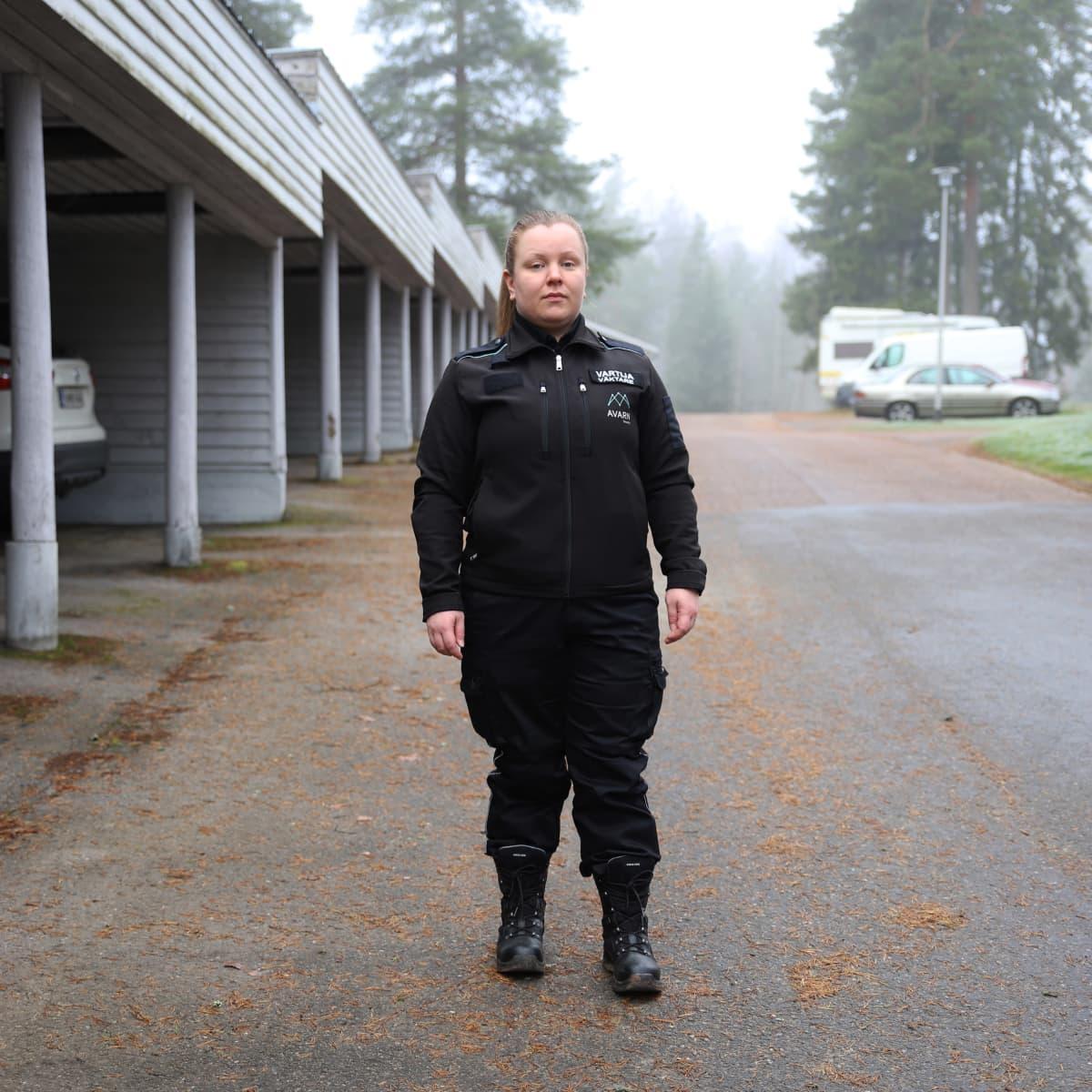 Vartija Mari Parkkinen kotipihallaan Kouvolan Anjalassa.