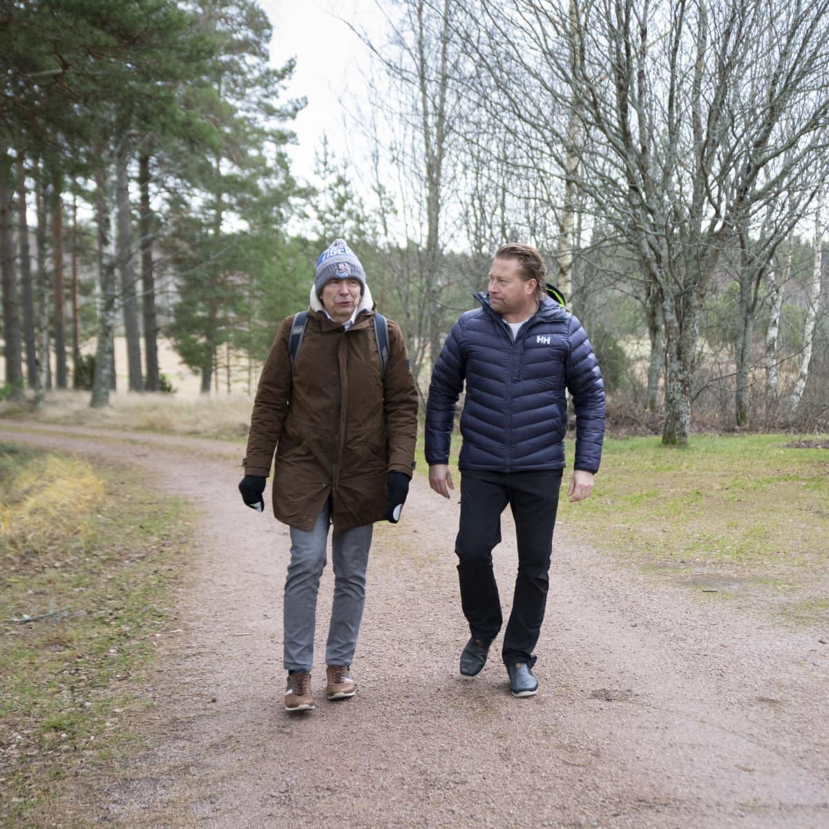 Jyrki Välimäki ja Veli-Pekka Virtanen kävelevät hiekkatietä