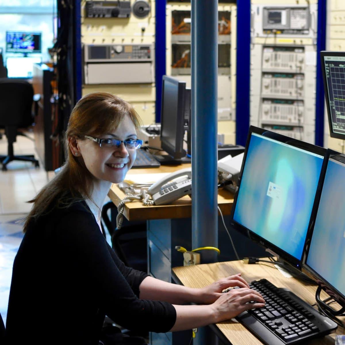Anne Virkki Arecibon radioteleskoopin ohjaamossa.