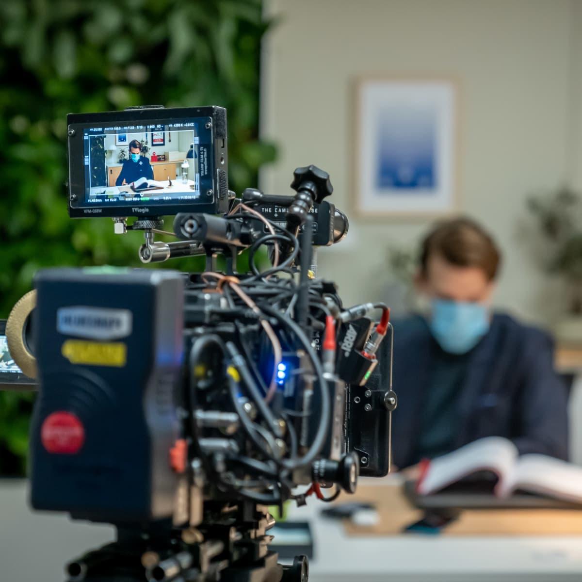 Näyttelijä Andrei Alén valmistautuu ottoon Yellow Film & TV:n tuottaman poliisisarjan Roban kuvauksissa, näyttelijä näkyy Arri Alexa Mini -kameran näytöllä, Helsinki, 12.1.2021.