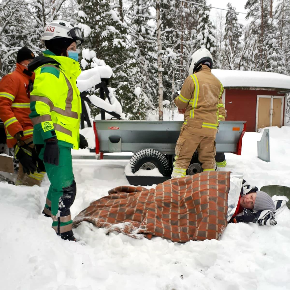 Pelastajat auttoivat Kati Kinnusen metsästä.