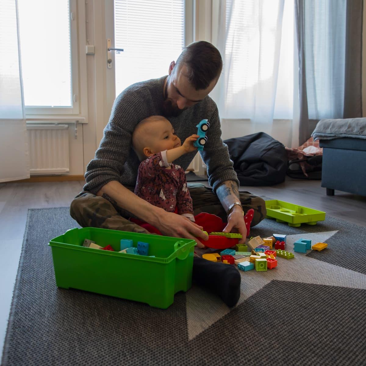Janne Tiensuu leikkii kaksi vuotiaan tyttönsä Alexandran kanssa