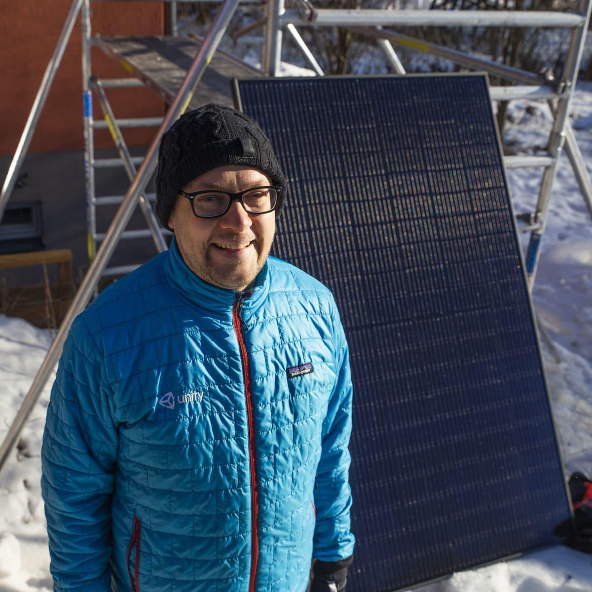 Aurinkopaneelit talonsa katolle hankkinut Helsinkiläinen Ville Vadén.