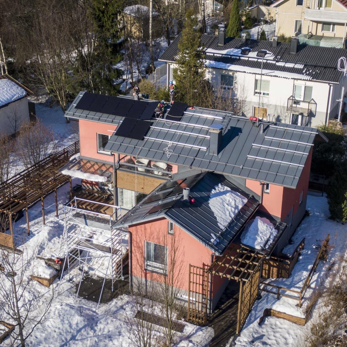 Aurinkopaneeleiden asennusta omakotitalon katolle helsingissä.