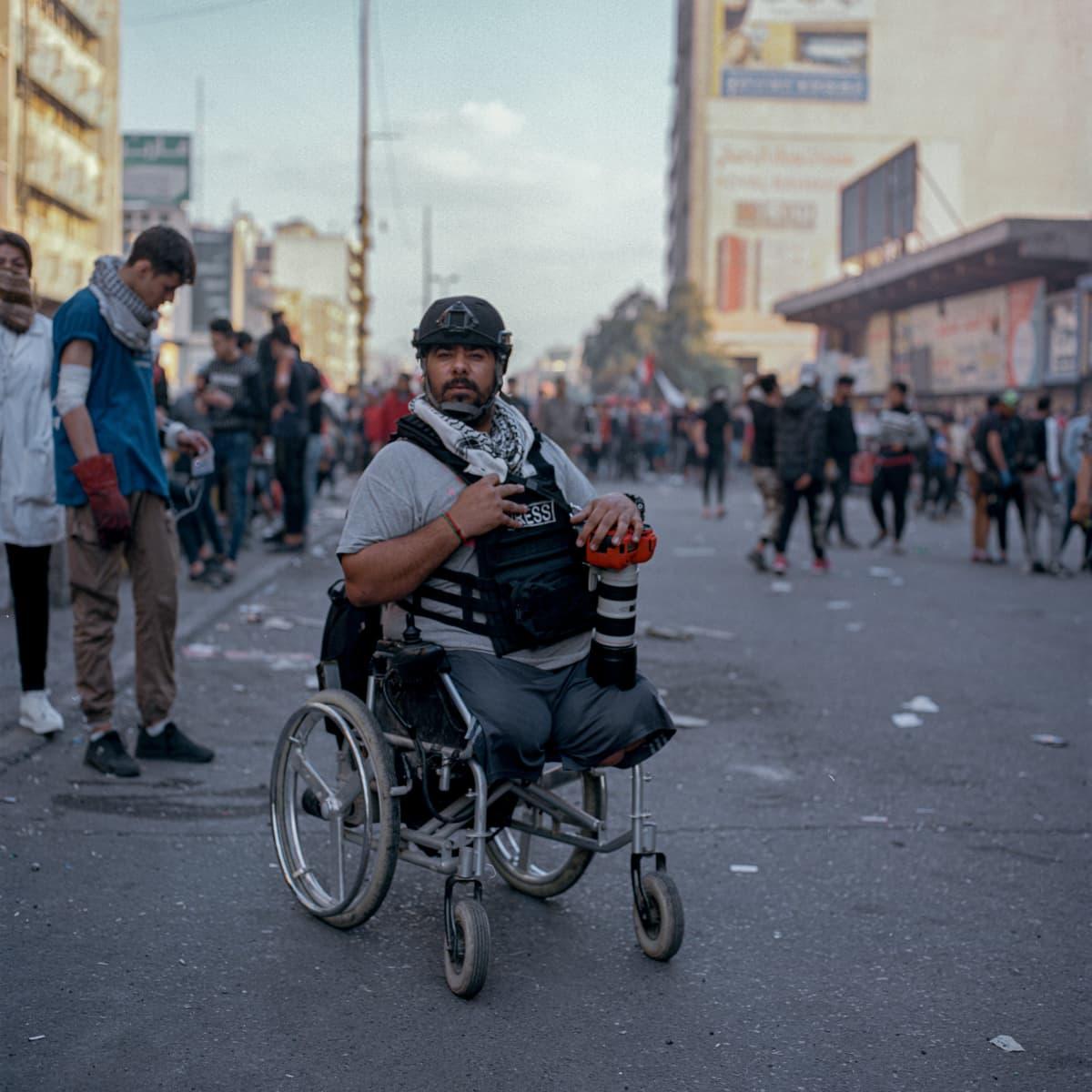 Jalkansa menettänyt kuvajournalisti Bagdadin kadulla.