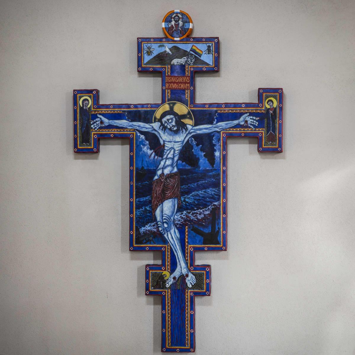 Krusifiksia esittävä taideteos Paavalin kirkon seinällä.
