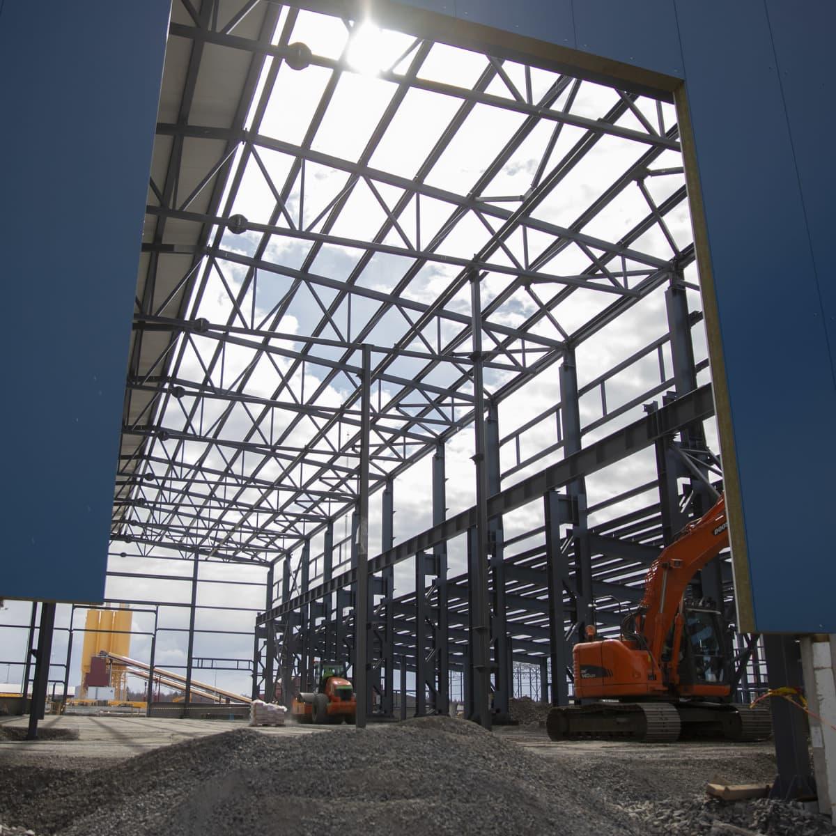 Halli rakenteilla Hanhikiven voimalan rakennustyömaalla Pyhäjoella
