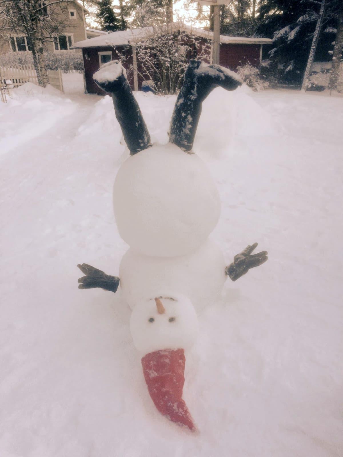 Lumiukko voi seistä vaikka päällään.