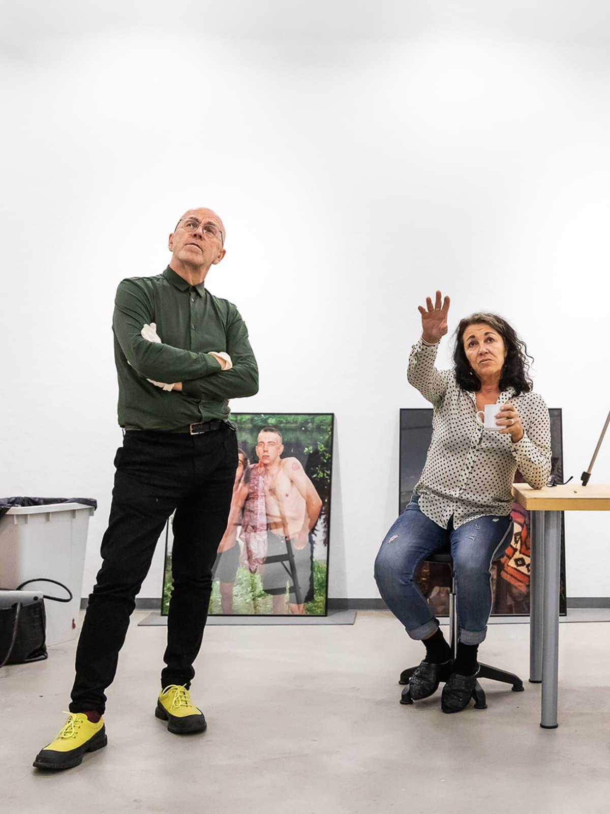 Jorma Puranen ja Jaana Novitskij näyttelyä rakentamassa.