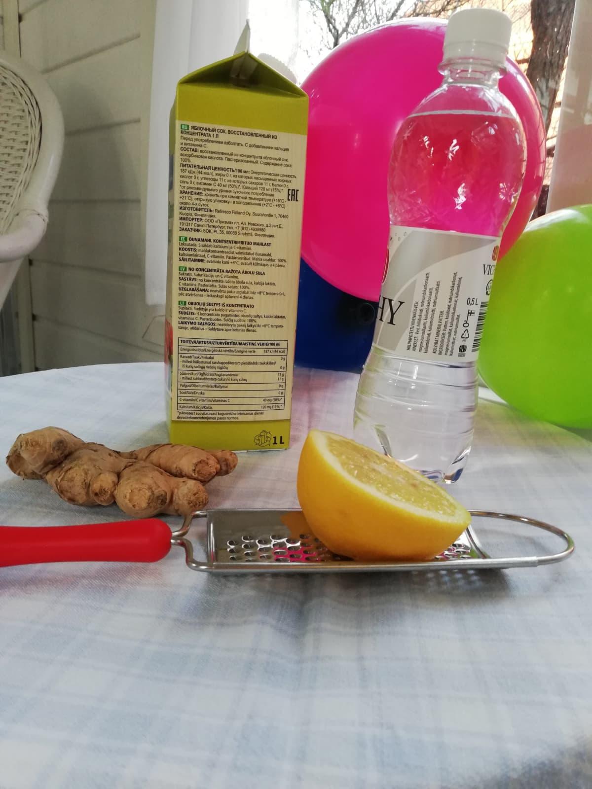 Pikasiman ainekset:omenamehu, kivennäisvesi, sitruuna ja inkivääri pöydällä.