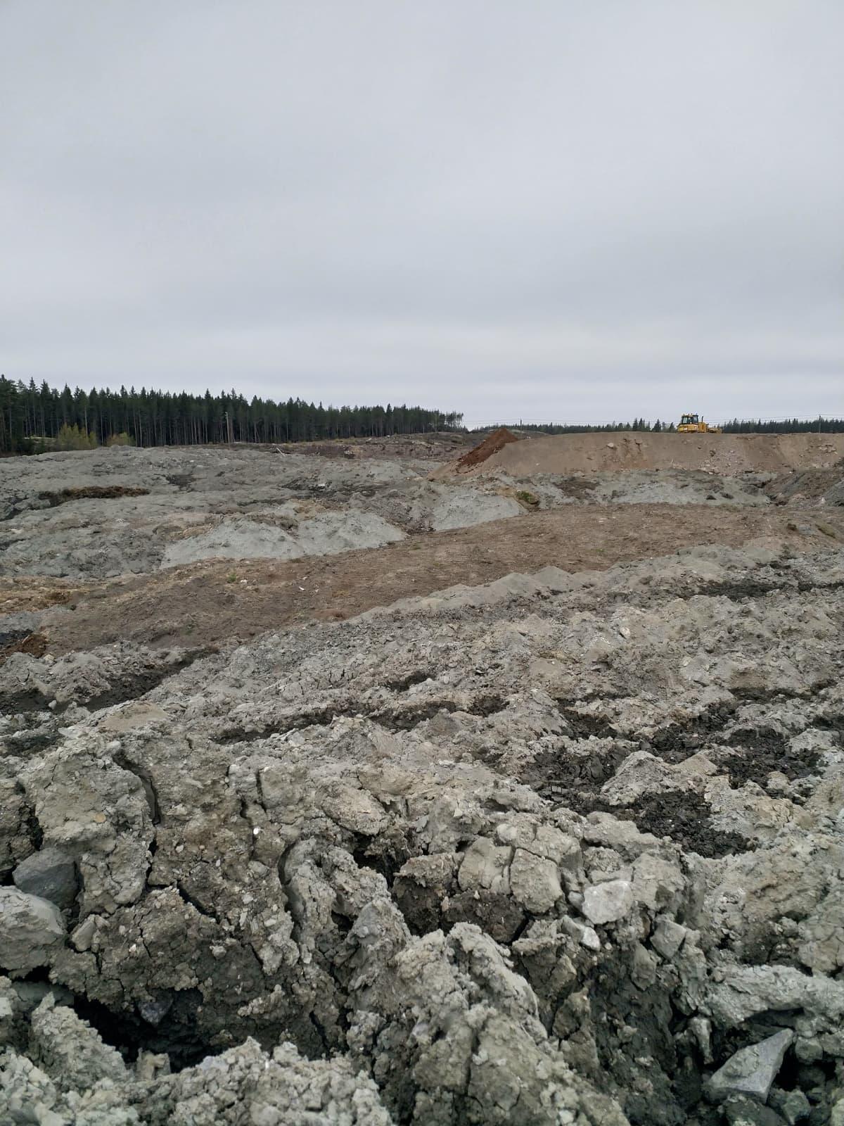 Turun toriparkin kaivauksista tuotua savea Saramäessä