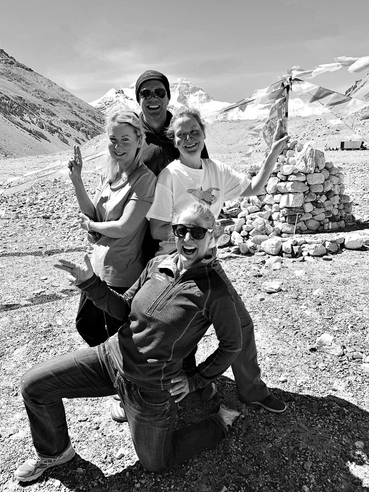 Viime perjantaina 24. toukokuuta 2019 maailman korkeimman vuoren Mount Everestin huipun neljäntenä suomalaisnaisena saavuttanut Paula Strengell (keskellä oik.). Takana seisova kiipeilijä Nick Hataley pääsi 8.5 km korkeuteen. Kuvan etualalla leader Di Gilbert ja Kirsty Watson (vas.).