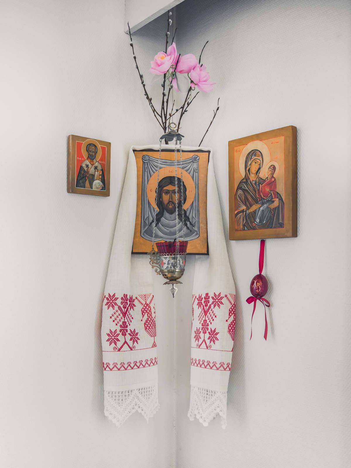 Ortodoksikristillinen käspaikka ja ikoneita.