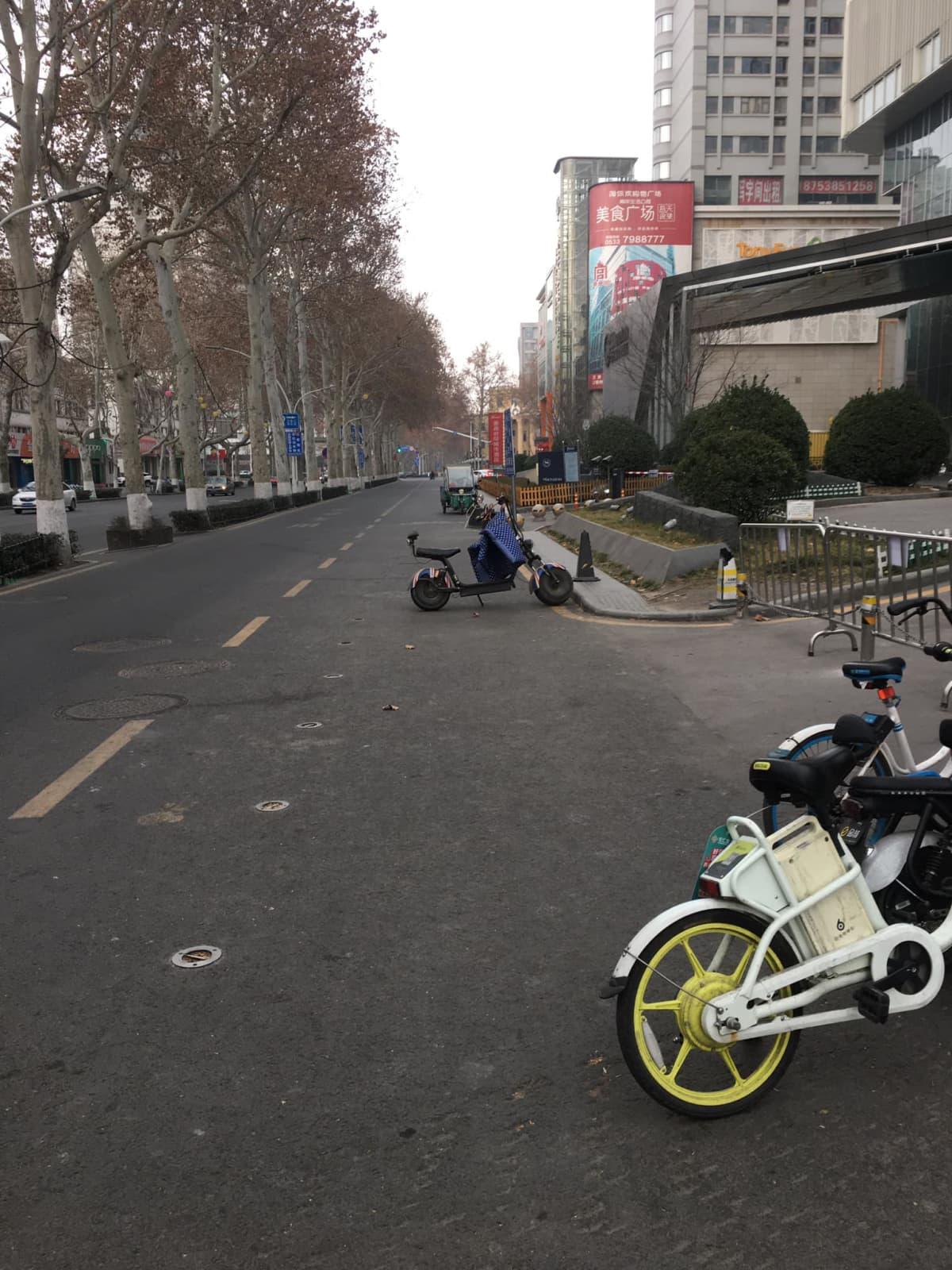 Zibon miljoonakaupungin kadut ovat aavemaisen tyhjiä.