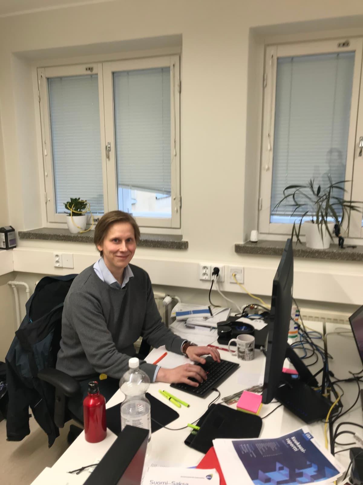 Robonomistin perustaja Juha Itkonen työhuoneellaan Maria01-startup-kampuksella.