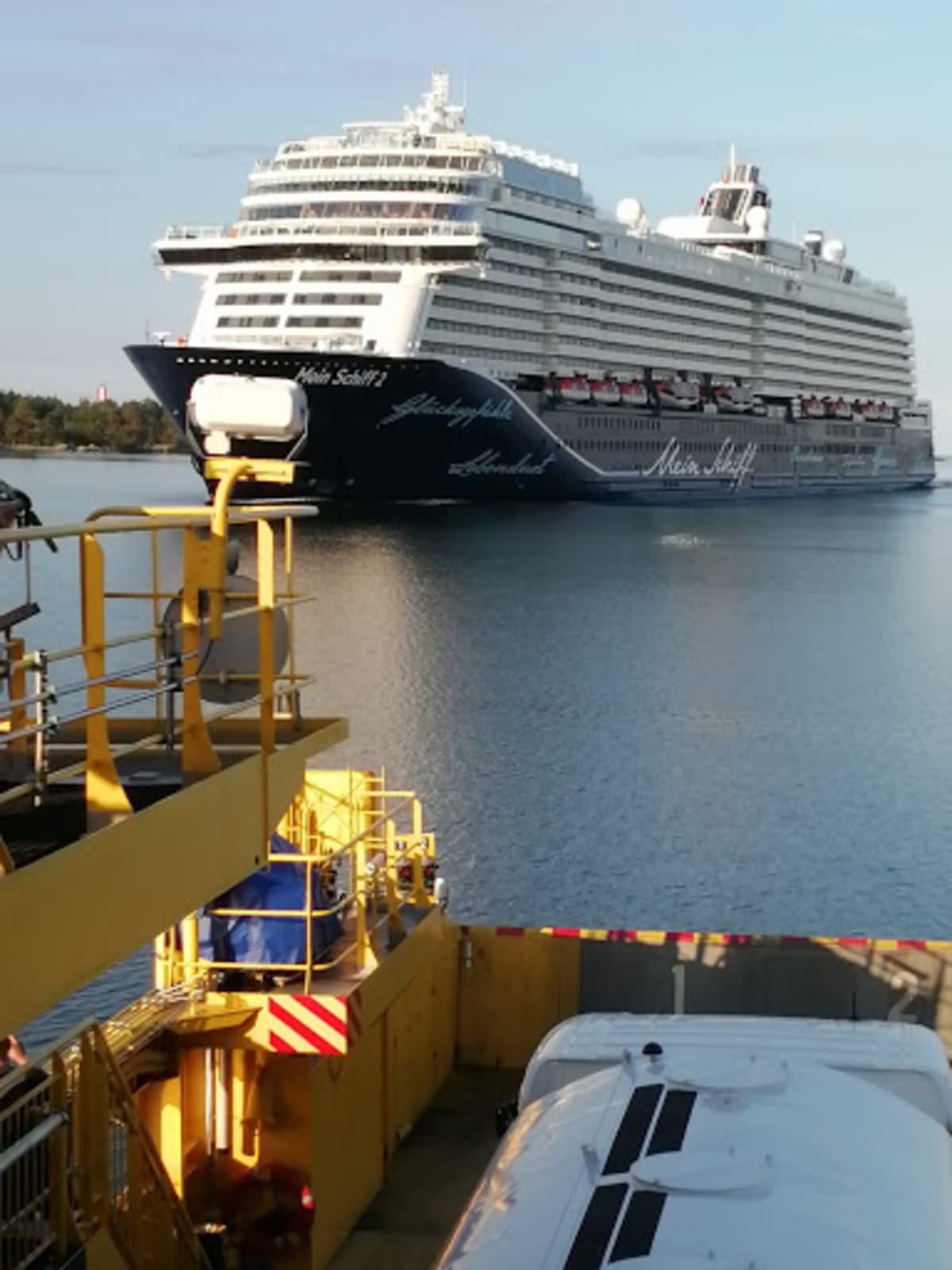 Mein Schiff -alus kuvattuna Korppoo-Houtskar -väliseltä lauttamatkalta.