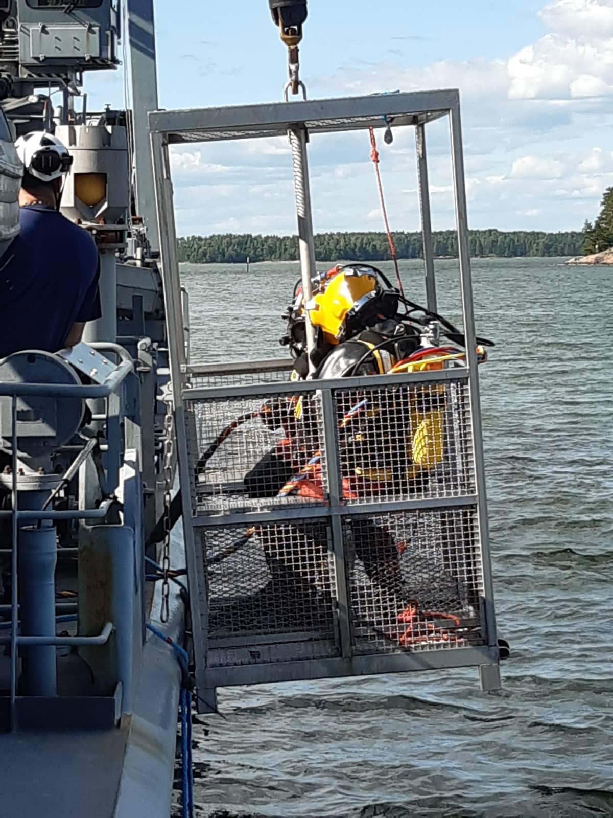sukeltajia lasketaan mereen öljyntorjunta-alus Hylkeeltä