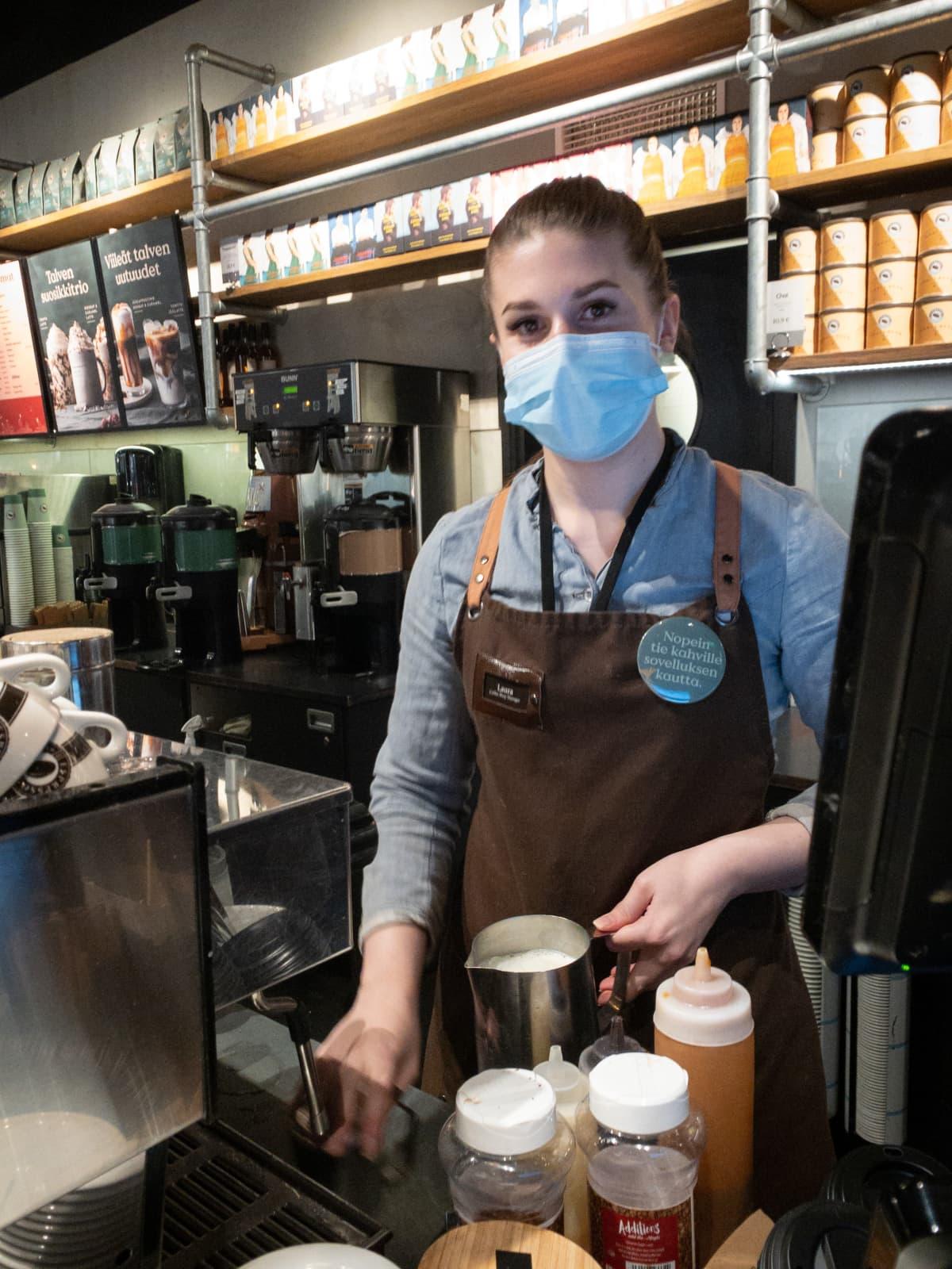 Laura Lehmusvuori on töissä kahvilassa Itiksessä.