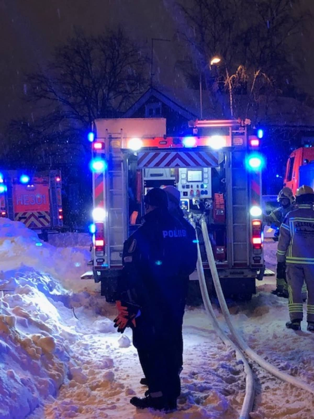 Poliisi ja pelastuslaitoksen yksikkö palopaikalla.