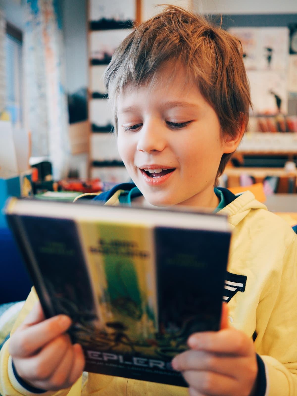 Poika esittelee Kepler62-kirjaa