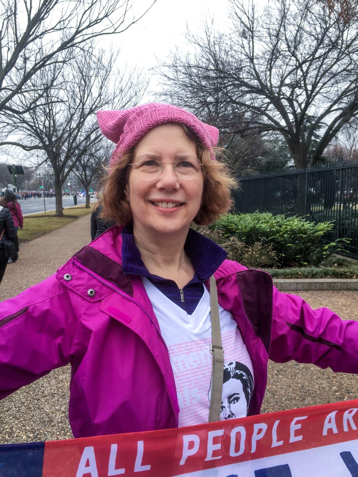 Wendy Newton on pukeutunut vaaleanpunaiseen takkiin ja myssyyn.