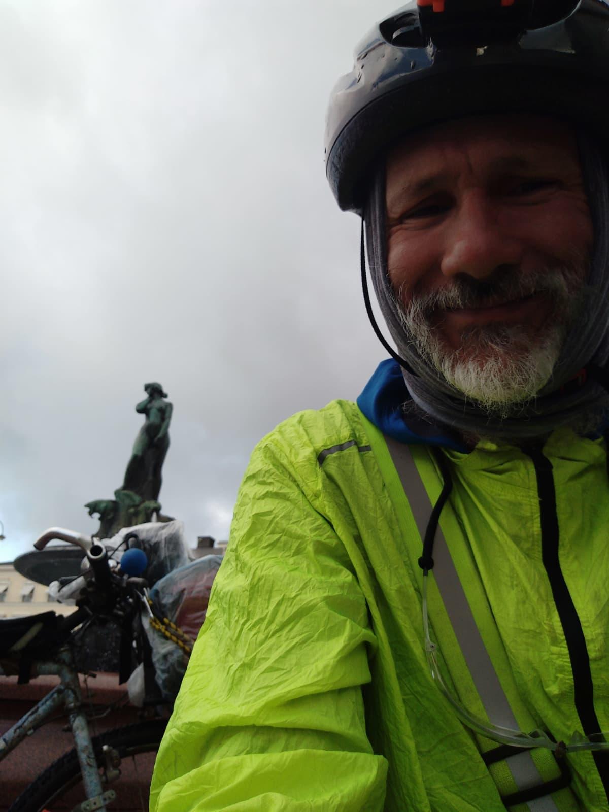 Cesare Fanelli pyörän kanssa Helsingissä