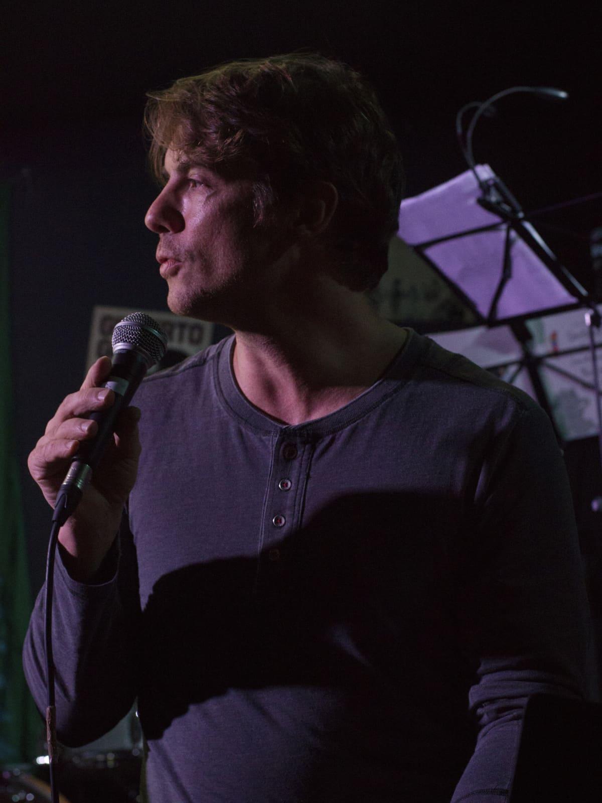 Vesa Matteo Piludu puhumassa mikrofoniin.