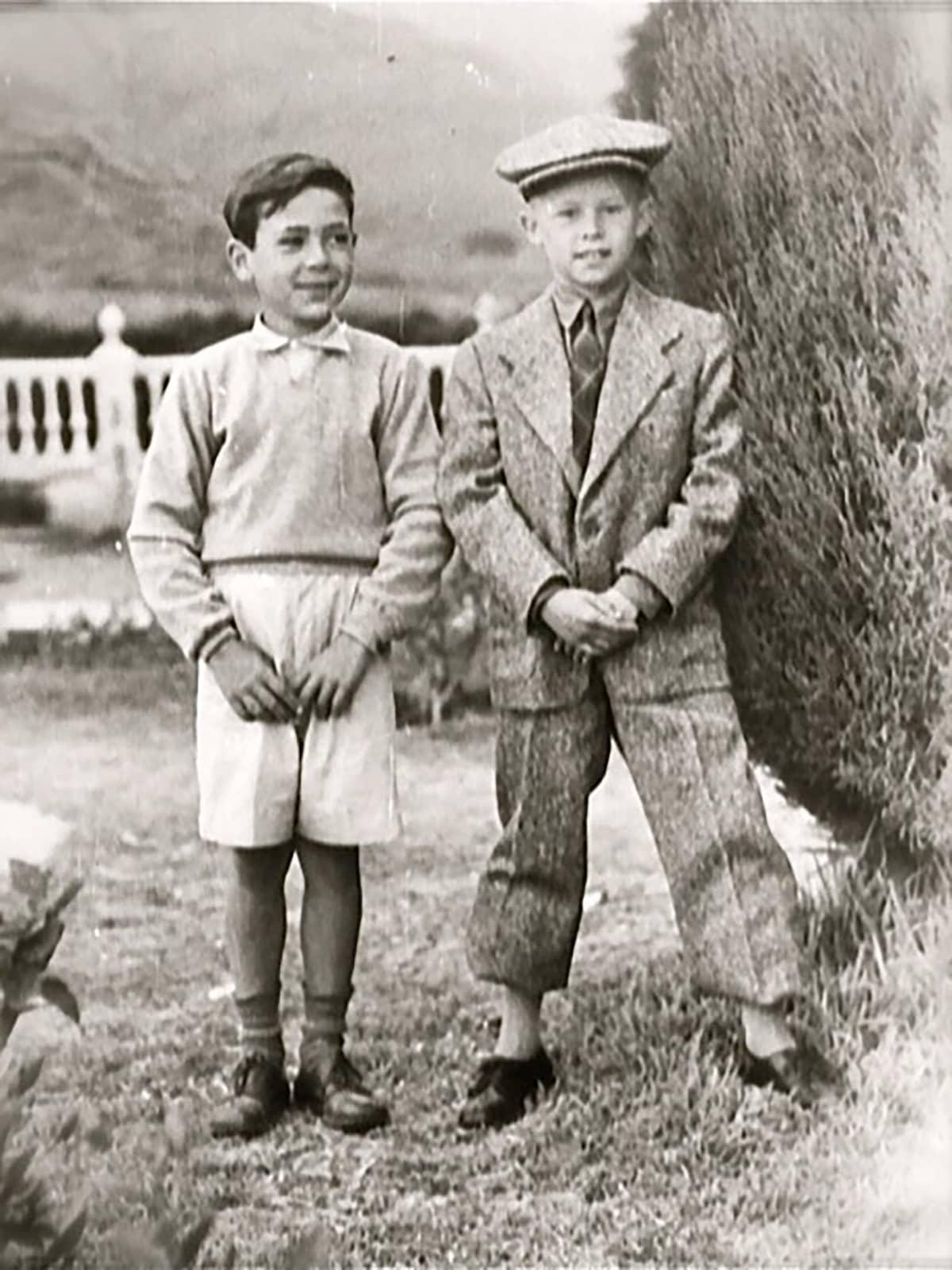 Hannu Hallamaa on lähdössä suomeen. Vuosi on 1955. Vieressä seisoo hänen ystävänsä Cristobal.