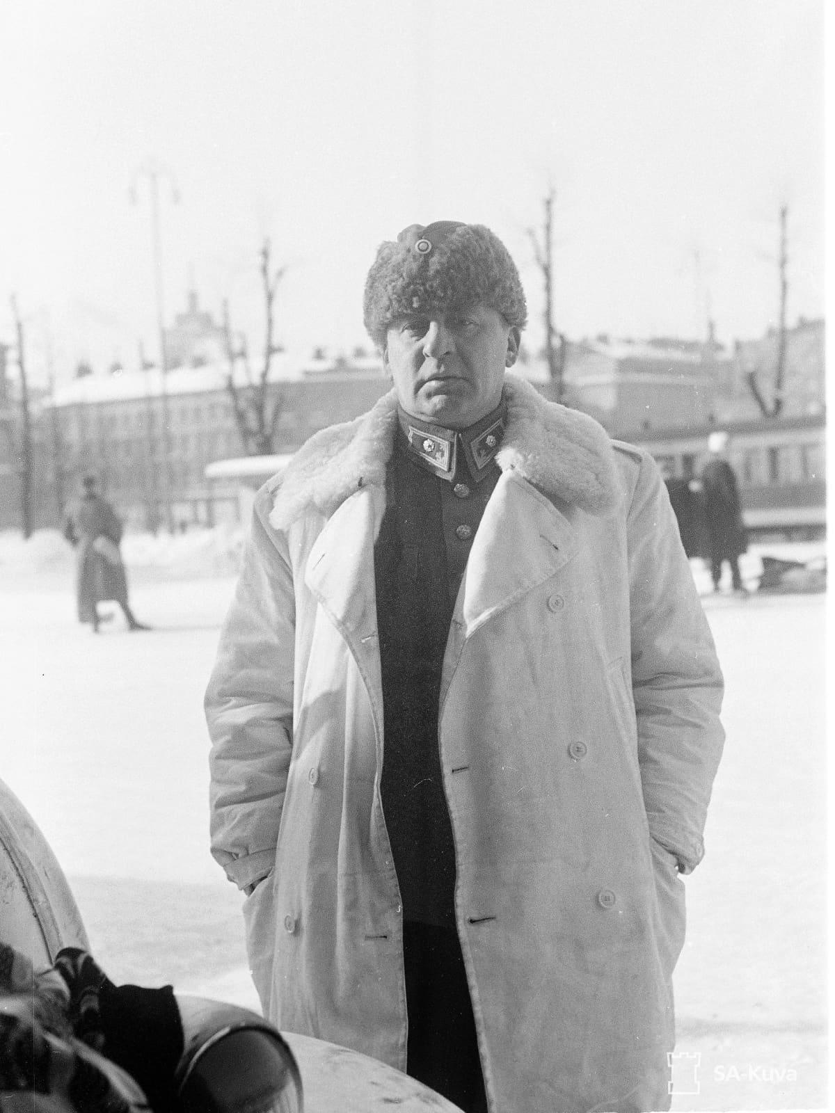 Reino Hallamaa sotilaspuvussa ja talvitakissa.