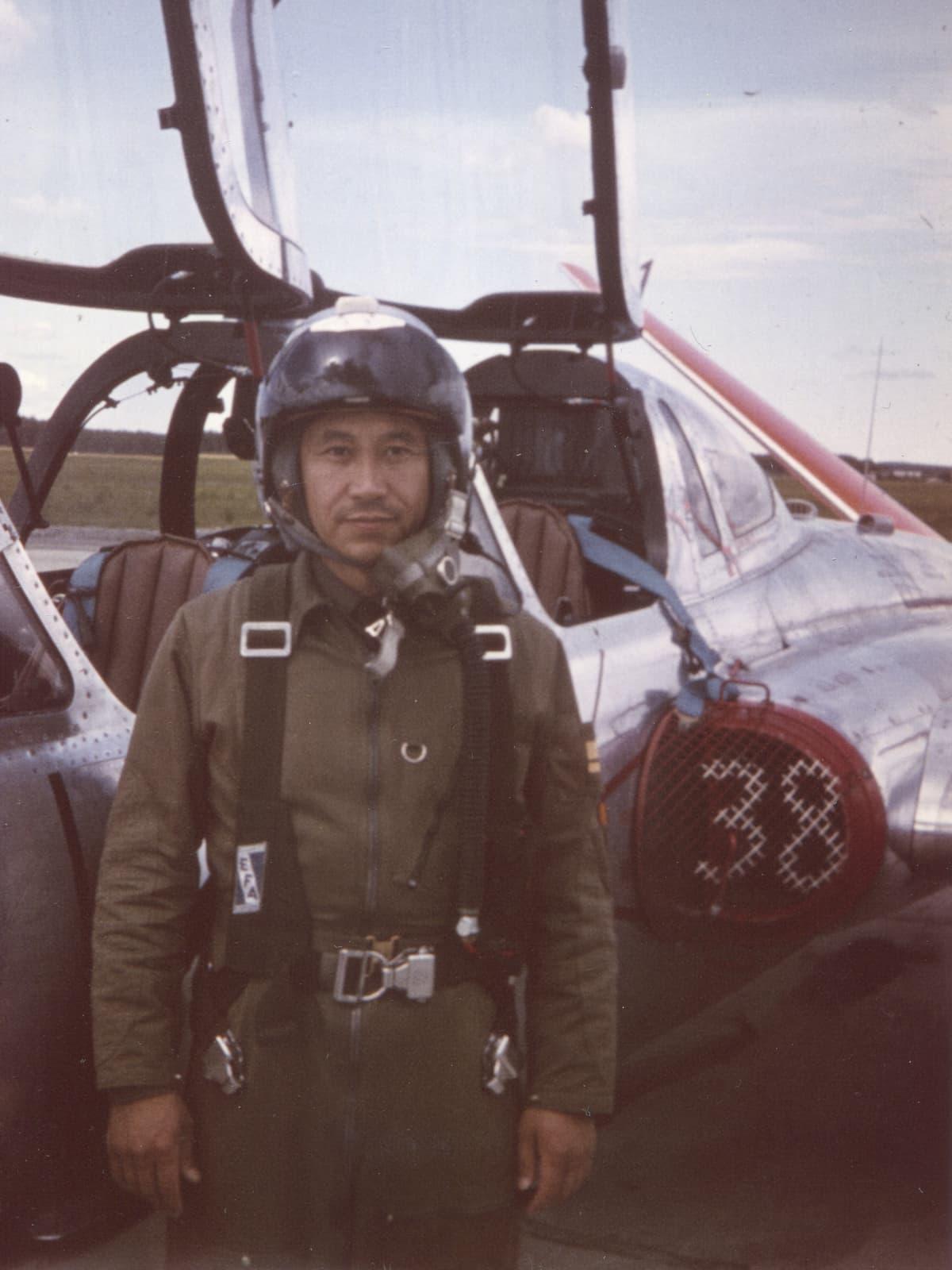 Alfred Wan lentokoneen edessä.