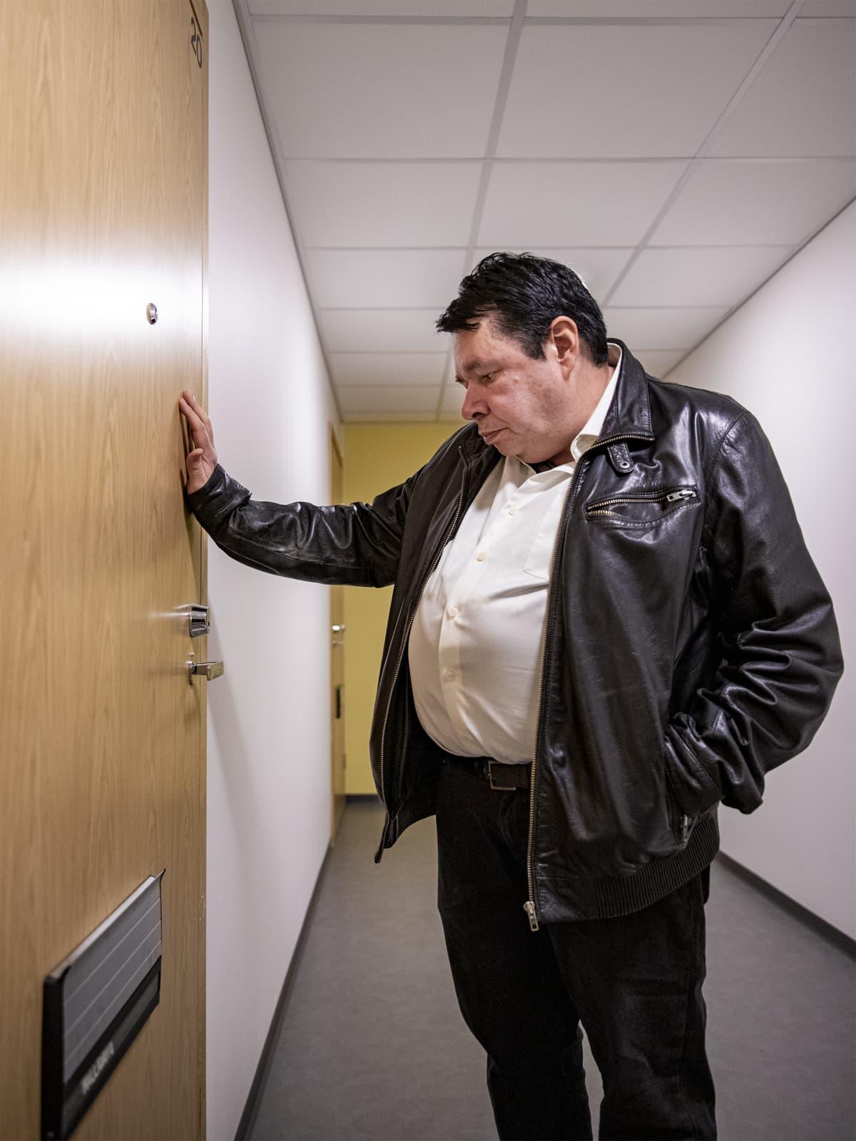 Timo Kallioaho sulkee kotinsa ovea.