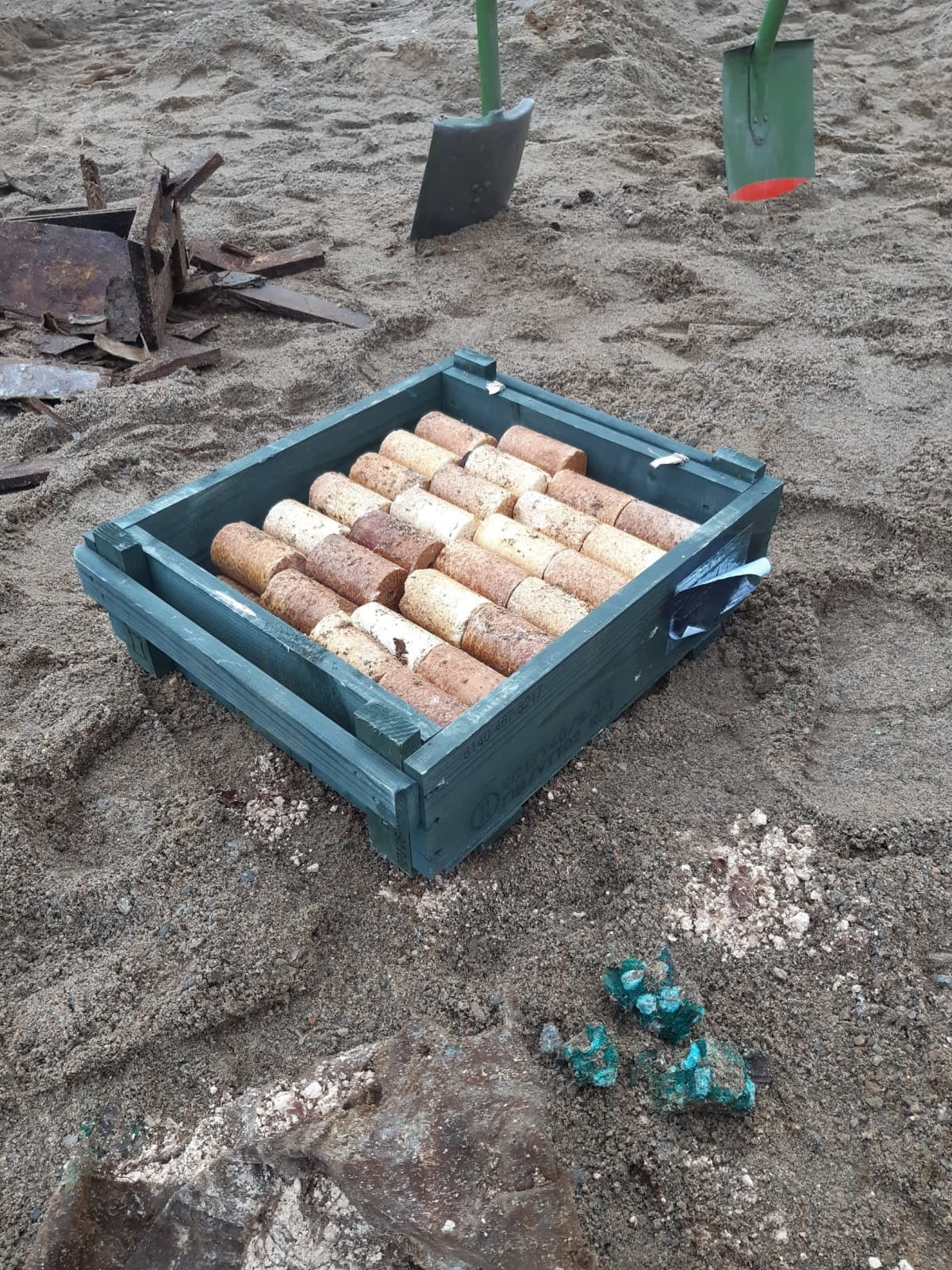 Laatikko, jossa räjähteitä.